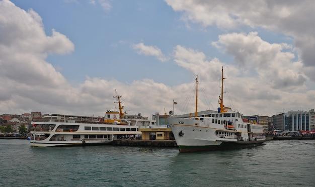 Navires à vapeur dans la jetée d'istanbul en attente d'embarquement