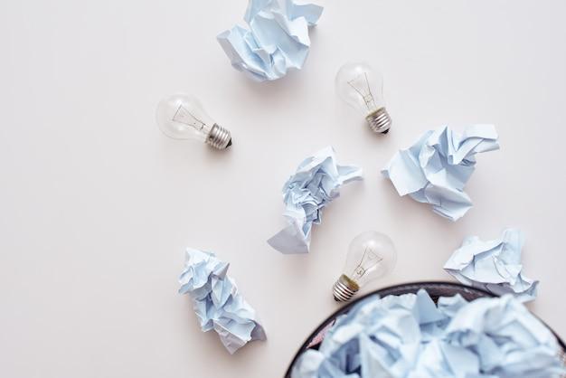 Ne mélangez pas le papier froissé qui tombe dans le bac de recyclage