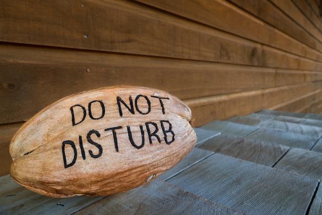 Ne pas déranger. - un signe créatif de ne pas déranger dans une noix de coco