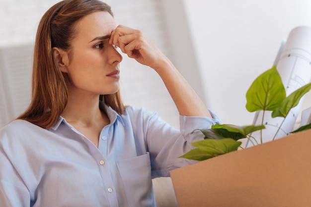 Ne pleure pas. jeune femme sensible émotionnelle se sentant bouleversée après avoir perdu son emploi et essayant de ne pas pleurer en attendant que son mari rentre à la maison