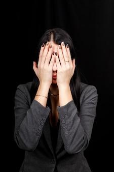 Ne voyez aucun concept maléfique. portrait d'une jeune femme effrayée couvrant les yeux avec les mains