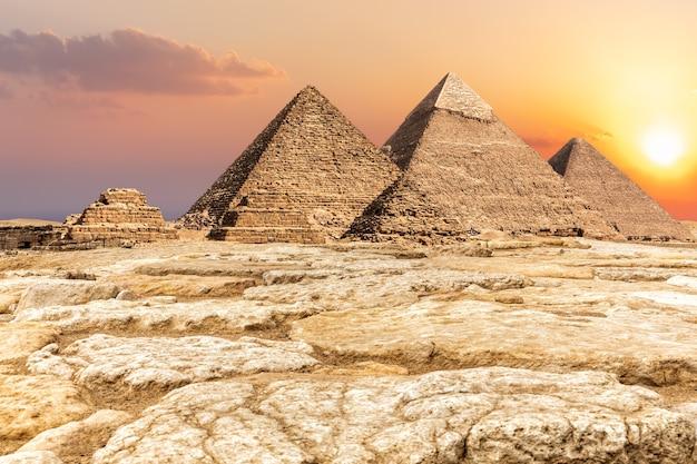 Nécropole de gizeh, célèbres pyramides dans le désert en egypte.