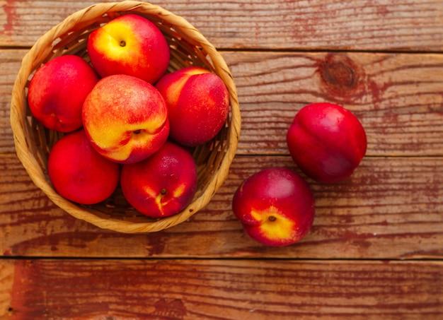 Nectarine sur bois