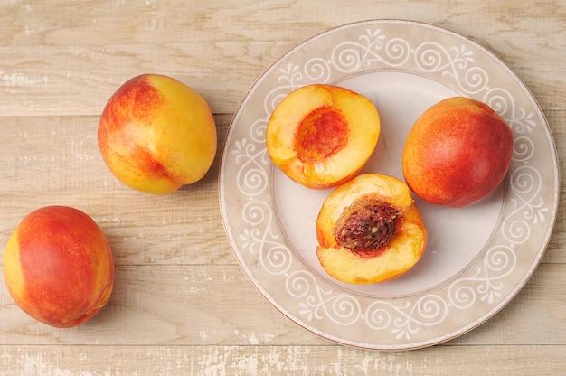 Nectarine entière et coupée sur une assiette
