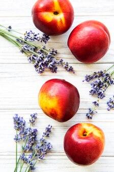 Nectarines et fleurs de lavande
