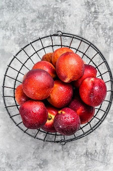 Nectarines rouges mûres dans un panier