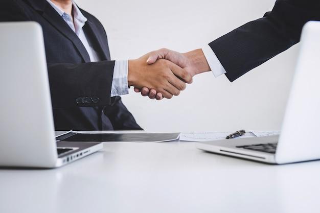Négociation d'affaires après discussion et analyse graphique négociation boursière bonne affaire de négociation