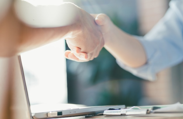 Négociation commerciale, photos de femmes d'affaires se serrant la main,