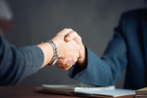 Négociations commerciales, image businesswomen handshake, heureux avec le travail, femme d'affaires qu'elle apprécie avec son compagnon de travail, handshake gesturing people connection deal concept. photos de style effet effet vintage.
