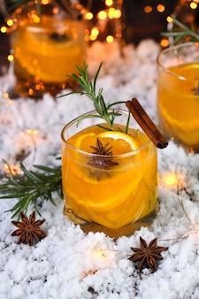 Negroni cocktail bourbon à la cannelle avec jus d'oranges et anis étoilé