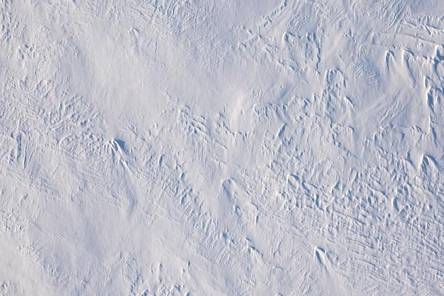 Neige blanche douce et moelleuse fraîche, arrière-plan ou texture.