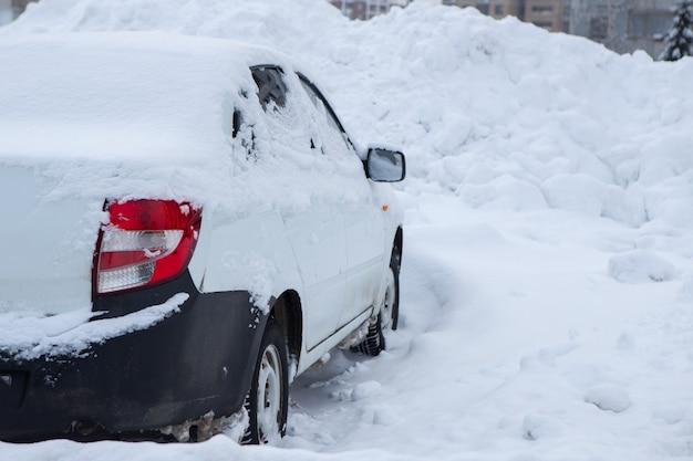 La neige a couvert de nombreuses voitures la nuit sur la route la nuit au centre-ville
