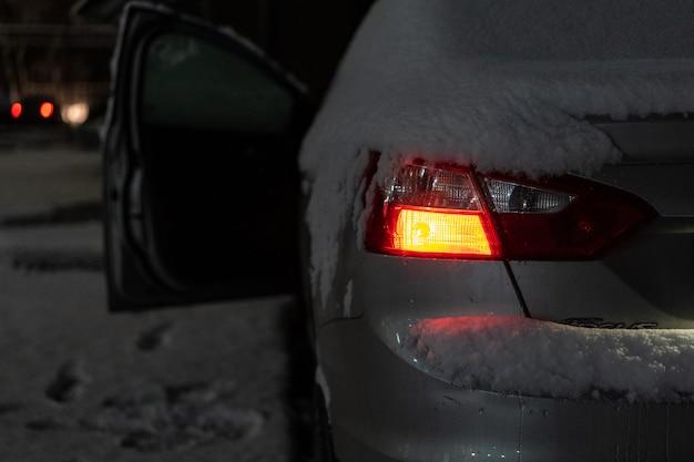 La neige déjà tombée repose sur la voiture