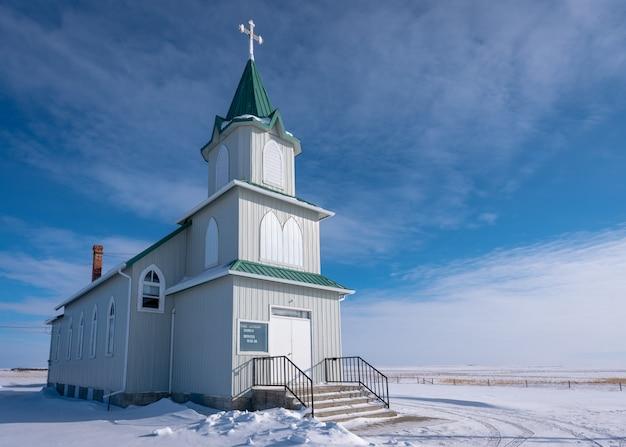 La neige entoure l'église historique luthérienne de la paix dans les prairies de saskatchewan, canada