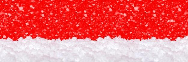 Neige Sur Fond Rouge. Chute De Neige. Thème De Noël, Grand Format, Photo Panoramique Pour Une Bannière Ou Un En-tête De Site Web. Carte De Voeux De Noël à Imprimer. Photo Premium