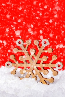 Neige Sur Fond Rouge Chutes De Neige Ou Chutes De Neige Grand Flocon De Neige En Bois Dans La Neige Noël Conce... Photo Premium