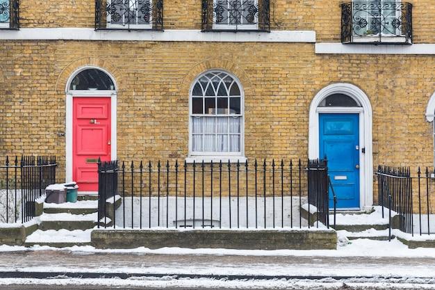 Neige à londres, vue du trottoir et des maisons