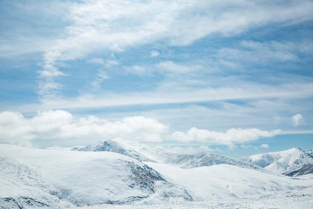 Neige, montagnes et ciel