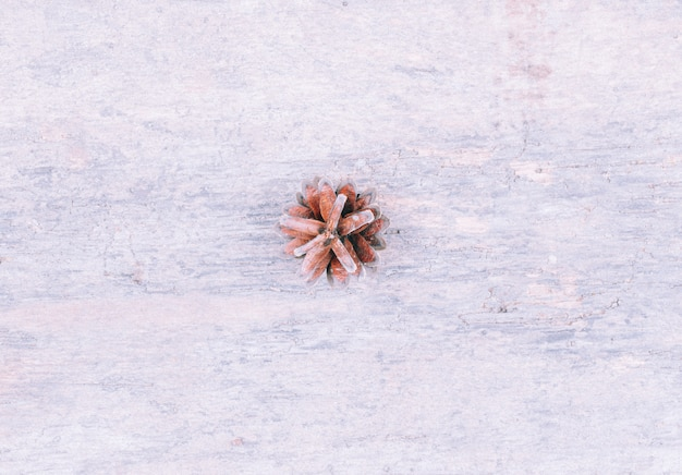 Neige peinte pomme de pin sur table en bois blanc rustique, fond de décoration de noël