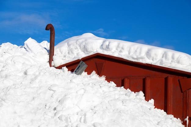 Neige profonde couvrant une demi-maison dans la campagne norvège, europe