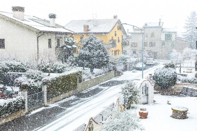 Neige qui tombe en ville en hiver