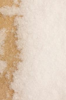 Neige sur la texture du béton