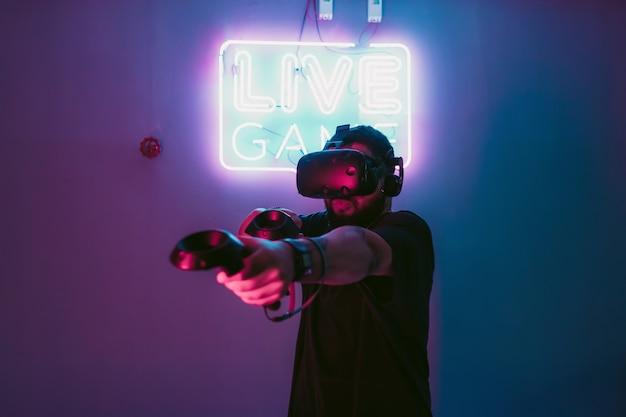 Le néon de style cyberpunk et le monde numérique