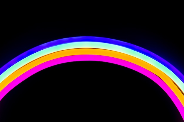 Néons colorés en forme d'arc-en-ciel
