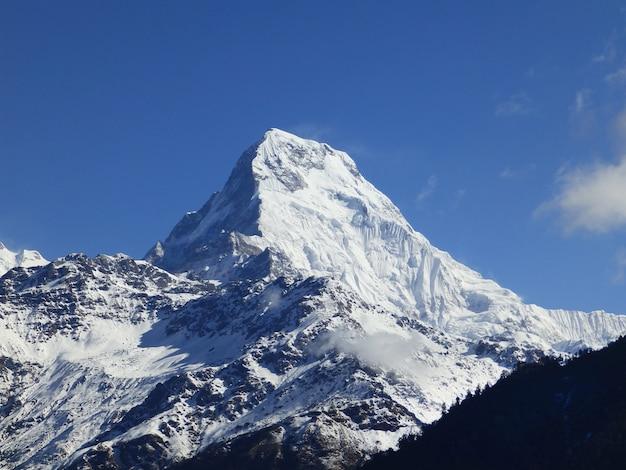 Népal. la montagne dans la neige au sommet