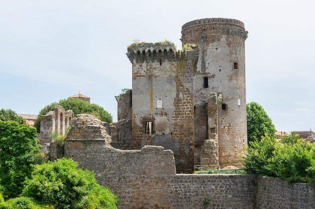 Nepi dans le latium, en italie. château de borgia, reconstitution d'un manoir féodal. il a des murs massifs et quatre tours