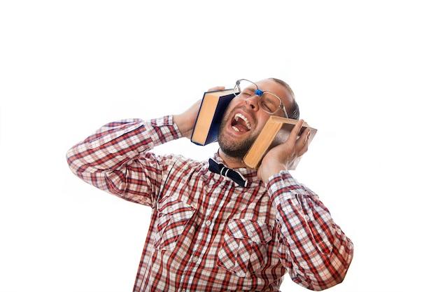 Nerd adulte écoute des connaissances à travers des écouteurs de livres