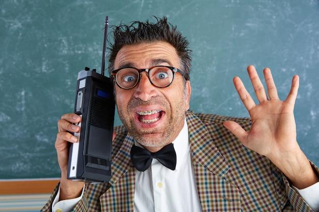 Nerd stupide détective privé talkie-walkie rétro