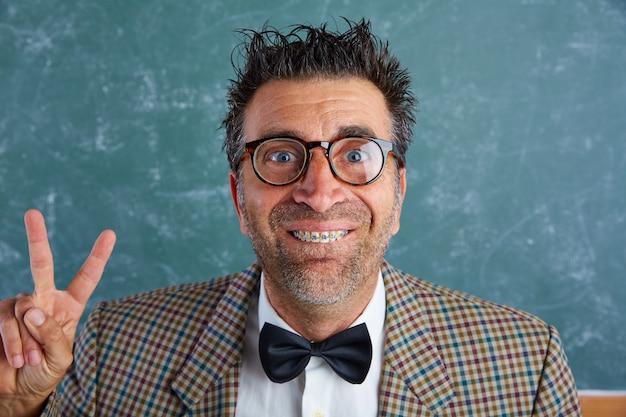 Nerd stupide homme rétro avec bretelles drôle d'expression