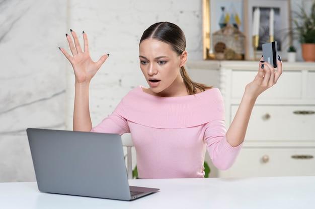 Nerveux horrifié jeune femme confuse a souligné la dame inquiète ayant des problèmes pour payer l'achat