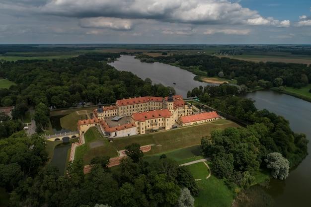 Nesvizh, biélorussie - juillet 2019: château de nesvizh attraction touristique la plus populaire de la biélorussie. monument architectural de style renaissance du xviie siècle