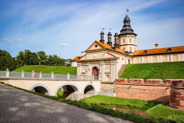Nesvizh, biélorussie. vue d'un beau château médiéval un jour d'été.