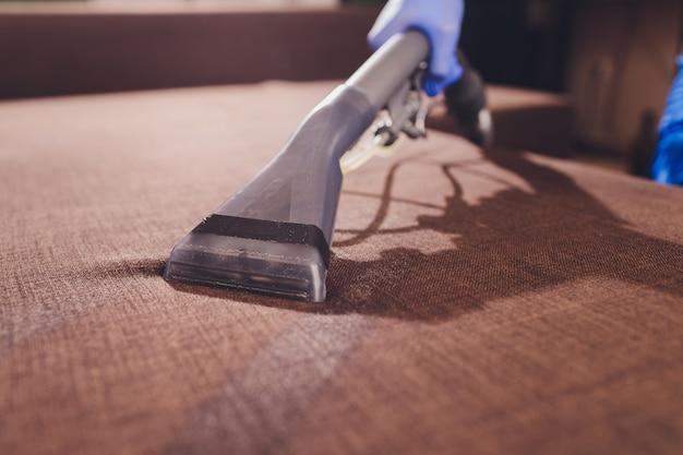 Nettoyage chimique du canapé avec une méthode d'extraction professionnelle. meubles rembourrés. nettoyage au début du printemps ou nettoyage régulier.