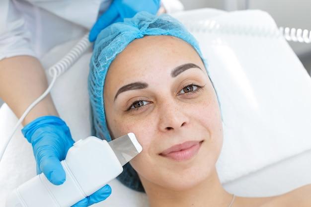 Nettoyage cosmétique du visage avec épurateur à ultrasons