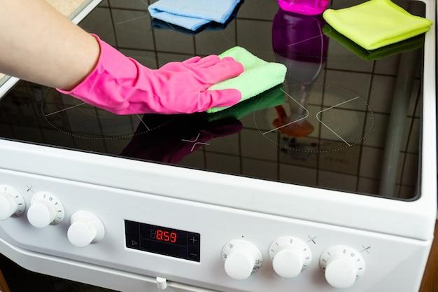 Nettoyage de la cuisinière dans la cuisine
