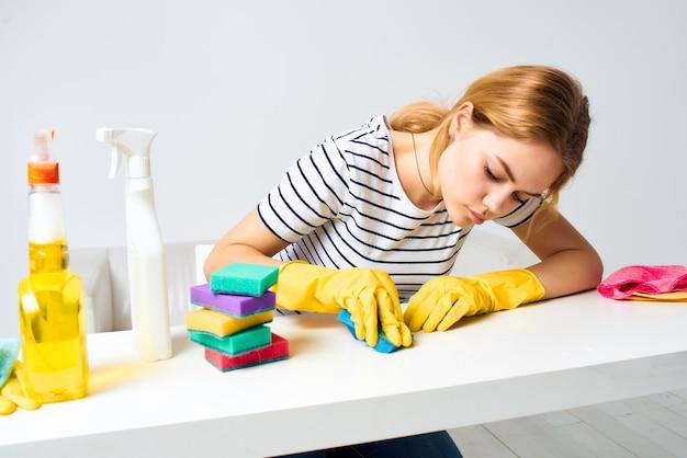 Nettoyage de détergent de table d'essuyage de femme au foyer