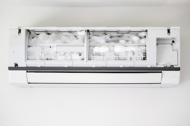 Nettoyage du climatiseur avec un nettoyant mousse en spray