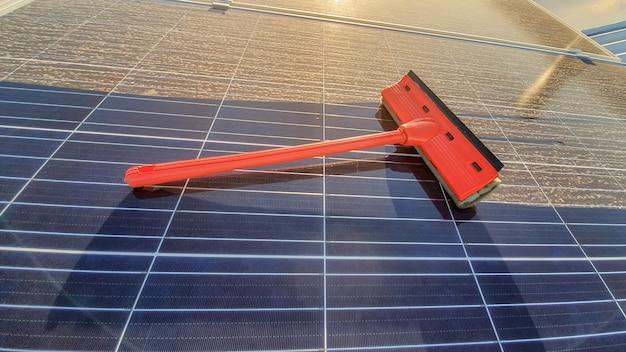 Nettoyage du panneau solaire sale au coucher du soleil