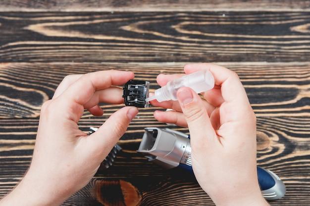 Nettoyage du rasoir électrique sur une table en bois