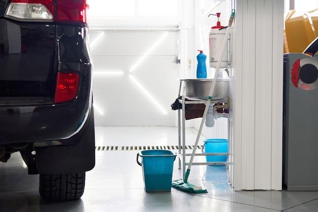 Nettoyage du sol dans l'atelier automobile, maintien du lieu de travail propre