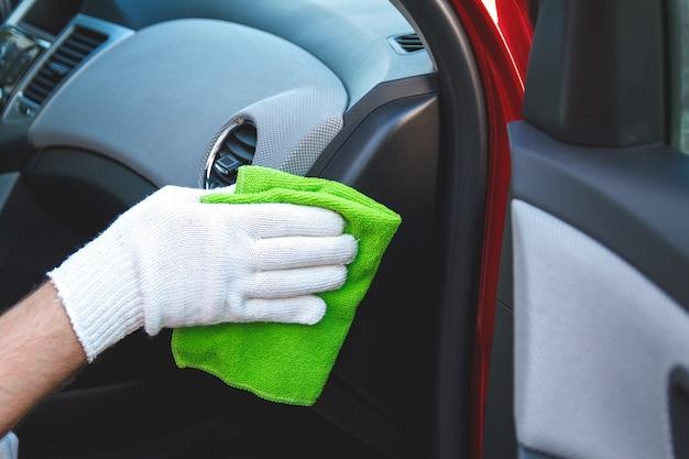 Nettoyage du tableau de bord de la voiture