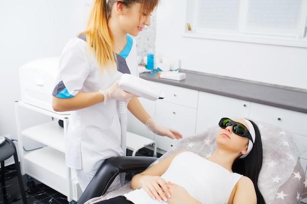 Nettoyage du visage par ultrasons, peeling, dans un salon de beauté