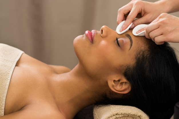 Nettoyage du visage avec des tampons en coton
