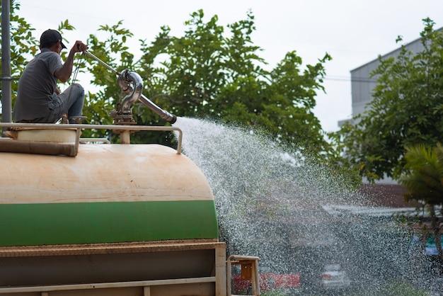 Nettoyage de l'eau des travailleurs après un marché de rue.