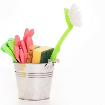 Nettoyage d'éponges dans un seau d'argent