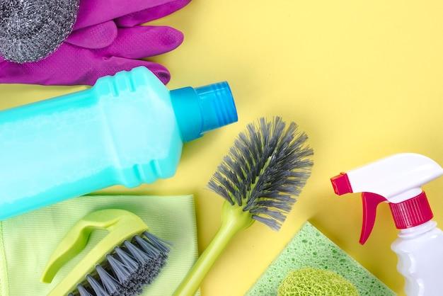 Nettoyage des fournitures sur fond jaune